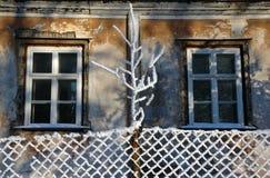 Gealterte Fenster am Winter Stockfoto