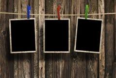 Gealterte Fotofelder auf hölzernem Hintergrund Stockfoto