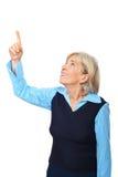 Gealterte Frau, die auf Exemplarplatz zeigt Stockfotografie