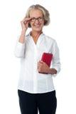 Gealterte Frau mit digitaler Tablette Stockfotografie