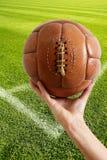 Gealterte Fußball-Lederkugel der Weinlese Retro- Stockbilder