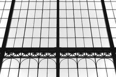 Gealterte Glas- und metallische Gebäudefassade in Schwarzweiss Lizenzfreie Stockbilder