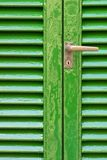 Gealterte grüne Türen mit Türgriff Lizenzfreie Stockfotos