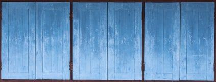 Gealterte grunge verwitterte blaue Türholzbeschaffenheit Stockfotos