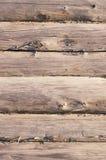 Gealterte hölzerne Klotzwand mit gebrochener Oberfläche Stockfotografie