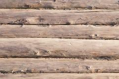 Gealterte hölzerne Klotzwand mit gebrochener Oberfläche Stockfotos