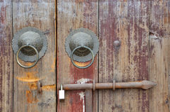 Gealterte hölzerne Tür der chinesischen traditionellen Art Stockbilder