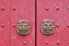 Gealterte hölzerne Tür im Rot Lizenzfreies Stockfoto