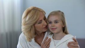 Gealterte Mutter, die im Spiegel küsst und umarmt ihre langerwartete Tochter und schaut stock video footage