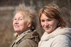 Gealterte Mutter und Tochter Lizenzfreies Stockfoto