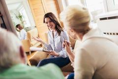 Gealterte Paare, die mit Versicherungsagenten sich beraten lizenzfreie stockbilder