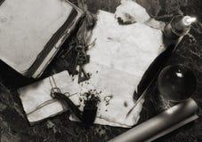 Gealterte Retro- Papiere und Buch auf Tabelle mit Detektiv bearbeitet backgro stockfotos
