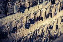 Gealterte Schlüssel mit Zahl im Hotel Stockbild