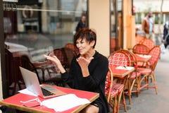 gealterte Schwester haben Gespräch mit Verwandtem durch Laptop Stockbilder