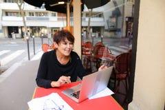 gealterte Schwester haben Gespräch mit Verwandtem durch Laptop Lizenzfreies Stockbild