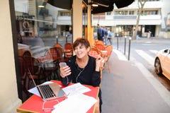 gealterte Schwester haben Gespräch mit Verwandtem durch Laptop Lizenzfreies Stockfoto