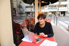 gealterte Schwester haben Gespräch mit Verwandtem durch Laptop Lizenzfreie Stockbilder