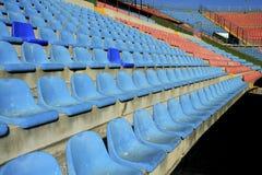 Gealterte Sitze in der Fußballstadionperspektive Stockfoto