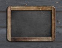 Gealterte Tafel, die an der schwarzen hölzernen Illustration der Wand 3d hängt Lizenzfreie Stockfotografie