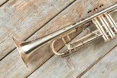 Gealterte Trompete auf hölzernen Planken stockfotos