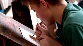 Gealterten Kinder 6-9 die Jahre nehmen an freier Zeichnungswerkstatt während des Tages der offenen Tür in der Aquarellschule teil stock video footage