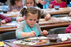 Gealterten Kinder 6-9 die Jahre nehmen an freier Zeichnungswerkstatt während des Tages der offenen Tür in der Aquarellschule teil Lizenzfreies Stockbild