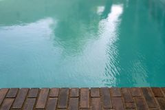 Gealterter alter Poolziegelsteinrand-Swimmingpool Lizenzfreie Stockfotografie