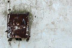 Gealterter alter roter weißer konkreter horizontaler Hintergrund Gray Brick Wall Texture Destroyeds Schäbiges städtisches unorden Stockbild