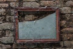 Gealterter alter roter weißer konkreter horizontaler Hintergrund Gray Brick Wall Texture Destroyeds Schäbiges städtisches unorden Stockfoto