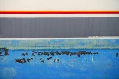 Gealterter rostiger blauer Rumpf des grunge Boots-Eisens Stockbild