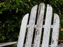 Gealterter weißer Adirondack-Stuhl Lizenzfreies Stockfoto