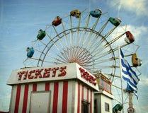 Gealtertes Foto der Karnevalsfahrt und des Kartenstandes Stockbild