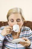 Gealtertes Frauengetränk ein heißer Kaffee Stockfoto