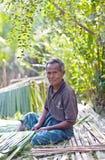 Gealtertes Mannarbeiten im Freien, Myanmar Lizenzfreies Stockfoto