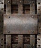 Gealtertes Metallplatten auf hölzernem mittelalterlichem Hintergrund Stockfotos