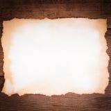 Gealtertes Papier auf Holz Stockbilder