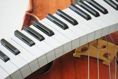 Gealtertes Violinen- und piaoneschlüsselkonzept Wiedergabe 3d Stockfotos