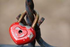 Gealtertes Vorhängeschloß Liebesherz-Formdesign, rote Farbenmetallbeschaffenheit, Muster und Weinlese entwerfen Romanze Symbolkon Lizenzfreie Stockfotos