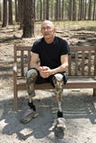 Geamputeerde die prothetische benen draagt Stock Foto's