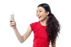 Geamuseerd meisje die een selfie klikken royalty-vrije stock foto's