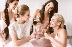 Geamuseerde bruid en bruidsmeisjes die kippenpartij hebben thuis Royalty-vrije Stock Fotografie