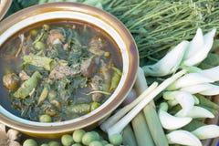 Geang opieka Gai Kurczak & mieszani warzywa z Północne pikantność, Północnego Stylowego kurczaka korzenna polewka z warzywami, Pó Zdjęcie Royalty Free