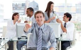Geanimeerde het commerciële team drinken champagne Stock Foto's