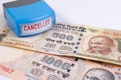 Geannuleerd bankbiljetconcept Mahatma Gandhi op Indiër 500, 1000 geannuleerd Roepiebankbiljet royalty-vrije stock foto's