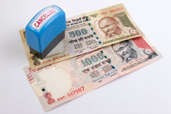 Geannuleerd bankbiljetconcept Mahatma Gandhi op Indiër 500, 1000 geannuleerd Roepiebankbiljet stock fotografie