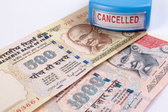 Geannuleerd bankbiljetconcept Mahatma Gandhi op Indiër 500, 1000 geannuleerd Roepiebankbiljet royalty-vrije stock fotografie