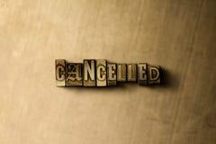 GEANNULEERD - close-up van grungy wijnoogst gezet woord op metaalachtergrond royalty-vrije stock foto
