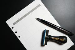 Geannuleerde planning, benoeming, programma, samenkomend concept Bedrijfs planning geannuleerd met lege kalender, pen en geannule stock fotografie