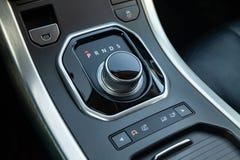 Gearbox gearbox selekcjoner w postaci wciąganej płuczki w centrum konsoli zdjęcia stock