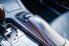 Мультимедийная система с концом-вверх рычага кнопок и gearshift контроля на центральной консоли в черном и коричневом цвете краси стоковое изображение rf